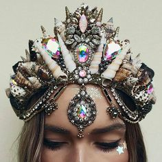 I like this crown . . It's 8.30am and i already need an espresso martini . . But i still have no friends . . I feel like a want to do a big collab, makeup artist, models.. photographer and fuck loads of glitter who wants to play? #goldcoast . . #mermaids #collab #aura #crystals #crystalcrown #shellcrown #blackshells #stars #gemstones #seaglass #glitter #handmade #goodvibes #festivalcrown #mermaidlife