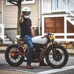 Wishing YOU a Happy New Year. @jonsowa on his incredible monoshock CB. : @mooch29 #hondacb #cb550 #caferacer