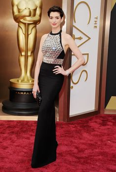 Anne Hathaway Is Back at the Oscars: Anne Hathaway was all smiles on the Academy Awards red carpet in LA on Sunday night.