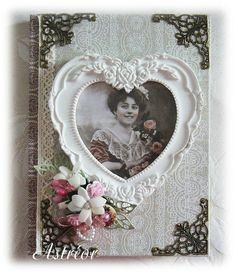 Carnet recouvert de tissu et sur lequel a été collé un cadre blanc en forme de cœur. L'intérieur est habillé de papiers, dentelles...