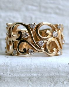 Swirls in yellow gold, dotted with diamonds. Jewelry Diamond : White gold please - love. - Buy Me Diamond Diamond Jewelry, Gold Jewelry, Jewelry Rings, Jewelry Accessories, Fine Jewelry, Jewelry Design, Pretty Rings, Beautiful Rings, Schmuck Design