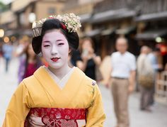 Maiko Eriha wearing iris kanzashi for the month may.