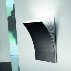 Applique halogène composée d'une structure rectangulaire constituée de feuilles de métal superposées, finition laque blanche et anthracite vermiculé.Cette applique au design original pourra êtr...