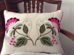 (Nani Bordado a Mano - Trabajos de alumnas) See B&W Pattern. I can not find the Original Source for this Image. Embroidery Needles, Hand Embroidery Stitches, Crewel Embroidery, Machine Embroidery, Embroidery Designs, Handicraft, Decorative Pillows, Needlework, Diy And Crafts