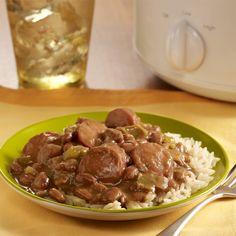 Receta de frijoles pintos y salchicha ahumada sazonados al estilo cajún y cocinados en una olla de cocción lenta