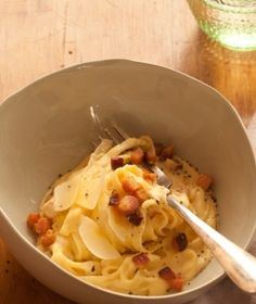 Talharim a carbonara em apenas uma panela. Seus dias de macarrão instantâneo acabaram! Descubra como preparar um delicioso jantar só para si e numa panela só. Um clássico da cozinha italiana em apenas 15 minutos.