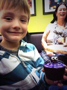 (128) Laura Lmcc McCartney's son Charlie and her mum Rosalyn. Nice cupcake!