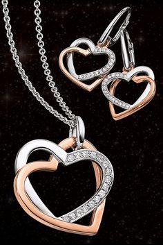 Wenn Stil und Eleganz sich umarmen. Die schlichte rosé goldplattierte Herzform umgreift liebevoll die in Sterling Silber gehaltene Hälfte, die mit Ihren 16 Zirkonia gekonnt weiß, wie man einen bleibenden Eindruck hinterlässt.