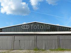 Hangar mit Wellblechtoren am Luftsportzentrum in Oerlinghausen bei Bielefeld am Teutoburger Wald in Ostwestfalen-Lippe