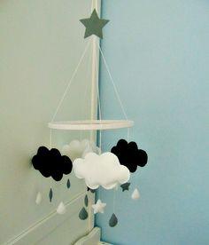 Wszystkie zabawki wykonane są z filcu z miękkim wypełnieniem w środku. Składa się z pięciu chmurek, dwie czarne, trzy białe, gwiazdki i kropelki: czarne, białe i szare. Zawieszone na drewnianej...