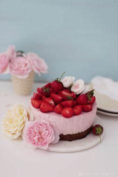 Rezept Erdbeeren: Erdbeer-Rosen-Joghurt-Mousse-Kuchen    Recipe Strawberry : Cake