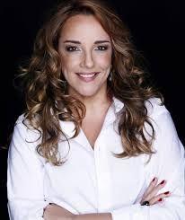 Ana Carolina Souza, popularmente conhecida como Ana Carolina, é uma cantora, compositora, empresária, arranjadora, produtora e instrumentista brasileira de Pop, Pop Rock, Bossa Nova, Samba e MPB