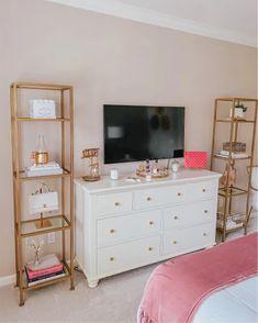 Pink Gold Bedroom, Gold Bedroom Decor, Room Ideas Bedroom, Pink Bedroom Design, Deco Studio, Home And Deco, My New Room, Room Inspiration, Gold Dresser