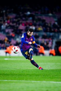 Lio in Action Lionel Messi, Messi 10, Fc Barcelona Players, Barcelona Team, Messi Player, God Of Football, Ronaldo Juventus, Soccer Uniforms, Ballon D'or