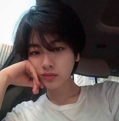 A imagem pode conter: 1 pessoa, selfie e close-up Tomboy Hairstyles, Trendy Haircuts, Haircuts For Long Hair, Haircuts For Men, Hairstyle Men, Funky Hairstyles, Formal Hairstyles, Girls With Boy Haircuts, Shot Hair Styles