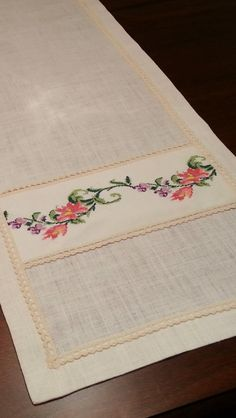 This Pin was discovered by Muc Bargello, Table Covers, Table Linens, Table Runners, Needlepoint, Hand Embroidery, Diy And Crafts, Projects To Try, Cross Stitch