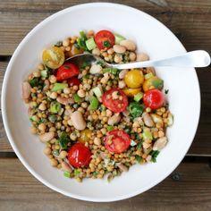 Bønne- og linsesalat med tomater, kapers og sitron