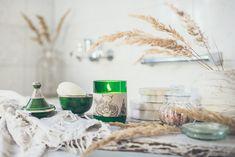 Lass dich vom harmonischen, dezenten Duft der Shanti Shanti-Kerze betören und spüre, wie die feine Mischung aus Sandelholz, Latschenkiefer und Limette dir helfen, deine innere Ruhe zu finden.  Duftrichtung: samtig mit frischer Note Echter Duft aus 100% naturreinen, ätherischen Ölen. Aromatherapie-Effekt: harmonisierend - inspirierend Ein wunderschönes Wohnaccessoires, Geschenk und für Liebhaber von natürlichen Duftkerzen. Lemon Bars, 2 Ingredients, Table Decorations, Note, Easy, How To Make, Home Decor, Incense, Inspirational