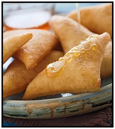 Sopaipillas (mexican Dessert) Recipe Tender warm pillows of fried dough, sprinkled with cinnamon sugar and drizzled with honey. Mexican Dessert Recipes, Best Mexican Recipes, Favorite Recipes, Desserts Espagnols, Delicious Desserts, Yummy Food, Mexican Bread, Mexican Dishes, Mexican Sweet Breads
