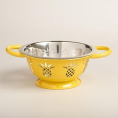 Featuring a playful cutout pineapple design that drains water quickly, our stainless steel strainer is perfect for preparing pasta and rinsing fruits and vegetables.