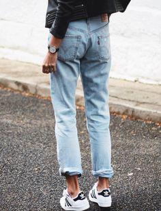 Jean droit roulotté sur la cheville + baskets noir et blanc + perfecto en cuir = le bon mix (photo Andy Csinger)