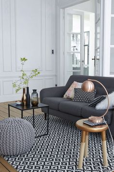 Having small living room can be one of all your problem about decoration home. To solve that, you will create the illusion of a larger space and painting your small living room with bright colors c… Living Room Grey, Small Living Rooms, Living Room Interior, Home Living Room, Living Room Designs, Living Room Decor, Apartment Interior, Apartment Ideas, Living Room Inspiration