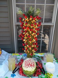 Pineapple Tree Pineapple Palm Tree, Pineapple Fruit, Fruit Centerpieces, Fruit Decorations, Baileys Irish Cream, Fruit Displays, Ideas Para Fiestas, Wedding Arrangements, Fruit Art