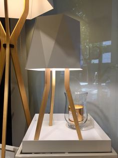 Trípode de madera y pantalla vinilo Lighting, Base, Home Decor, Minimalist Style, House Decorations, Mesas, Display, Wood, Interiors