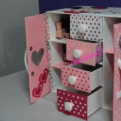 Make your life a bit easier with this simple & easy makeup organizer By: Creando con Sara # diy cardboard makeup organizer MAKEUP ORGANIZER Diy Crafts For Home Decor, Diy Crafts Hacks, Diy Crafts For Gifts, Diy Arts And Crafts, Creative Crafts, Diy Cardboard Furniture, Cardboard Box Crafts, Cool Paper Crafts, Paper Crafts Origami