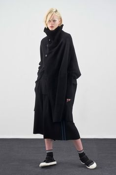 The complete Y's Pre-Fall 2019 fashion show now on Vogue Runway. Over 50 Womens Fashion, Black Women Fashion, Fashion Tips For Women, Curvy Fashion, Urban Fashion, Diy Fashion, Fashion News, Fashion Show, Fashion Trends