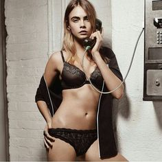 Cara Delevingne is a talented artist and very popular among fans. Cara Delevingne photo gallery with amazing pictures and wallpapers collection. Cara Delevingne, Hollywood Celebrities, Sensual, Sexy Body, Belle Photo, Supermodels, Burberry, Cool Girl, Sexy Women