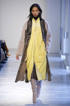 The complete Agnona Fall 2018 Ready-to-Wear fashion show now on Vogue Runway. Women's Runway Fashion, High Fashion, Fashion Outfits, Womens Fashion, Milan Fashion, Fashion Tips, Winter Wear, Fall Winter, Coats 2018