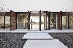 Меняющий фасады частный дом от Pitsou Kedem Architects