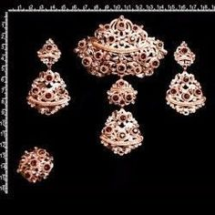 Aderezo 226, topacio smoked-cristal, cobre. Bling Bling, Ethnic Jewelry, Traditional Dresses, Diamond Earrings, Bracelets, Floral, Gold, Vintage, Spain