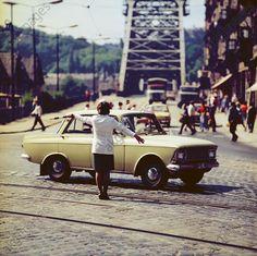 DDR-Volkspolizistin regelt den Verkehr (Schillerplatz, Dresden). Foto, 1984