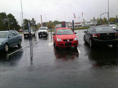 Auto parkkeerattu tässä yksisuuntaiselle ajoväylälle kaupassa käynnin ajaksi.