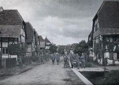 Groupe de militaires français dans une rue du village de Ballersdorf 22 Juin 1917