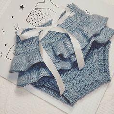 Nuevo cubrepañal o braguita con volantes. Para bebé de 0 a 3 meses. Está hecho con lana de @katia #MerinoFine. #cubrepañal #cubrepañalconvolantes #braguitadepunto #braguitaconvolantes #ropaparabebé #ropahechaamanoparabebé  #braguitadelana #ropadepuntoparabebe Baby Cardigan Knitting Pattern, Romper Pattern, Baby Knitting Patterns, Knitted Baby Clothes, Knitted Romper, Crochet Clothes, Crochet Baby, Crochet Bikini, Knit Crochet