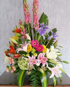 Surtido Exótico Chico  $895.00  Diseño floral en base tradicional chica con flor exótica variada de temporada. Es importante hacerle saber, que al solicitar un arreglo, este puede presentar