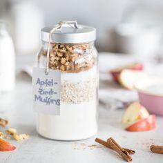 Apfel und Zimt gehören einfach zusammen - über dem Reisbrei, als fruchtiges Kompott oder als supersaftige Muffins im Glas. Diy Food Gifts, Kitchen Stories, Nutella, Meal Prep, Wedding Gifts, Diy And Crafts, Food And Drink, Jar, Desserts