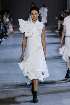 Viktor Horsting and Rolf Snoeren present their latest couture collection in Paris Fashion News, Runway Fashion, Fashion Art, Fashion Show, Fashion Design, Crazy Fashion, Fashion Details, Victor And Rolf, Collection Couture