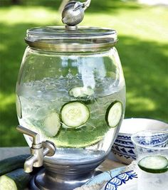 Few fruit infused water recipes Cucumber Infused Water, Cucumber Drink, Infused Water Recipes, Cucumber Recipes, Detox Recipes, Drink Recipes, Easy Recipes, Refreshing Drinks, Party