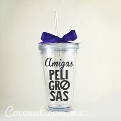 """Vaso con popote """"Amigas peligrosas"""" con listón morado disponible en www.coconut.com.mx Síguenos en Facebook https://www.facebook.com/coconutstoremx/"""
