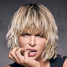 Lob irregular cuts in the style, bangs paraded and at par, we discover all the trends for medium hair cuts 2020 spring summer Blonde Hair Cuts Medium, Short Hair Cuts, Medium Hair Styles, Short Hair Styles, Razor Cut Hair, Retro Hairstyles, Messy Hairstyles, Everyday Hairstyles, Wedding Hairstyles