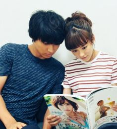 "Mirei & Kento look like big sis & bro>_<  Mirei's not reading two kids a story... actually they're looking at Hinako's the latest hot photobook which is Hinako's gift to Shuhei.  Kento Yamazaki x Mirei Kiritani x Shuhei Nomura, BTS, J drama ""Sukina hito ga iru koto (A girl & 3 sweethearts)"", Aug/07/2016"