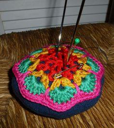 Nadelkissen+Granny+Square,+14+cm,+6+cm+hoch+von+Crochet+Love+auf+DaWanda.com