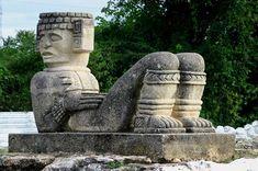 En la cultura Tolteca, la escultura más importante se llama Chacmool y es una gran figura sentada en forma reclinada, sosteniendo en el vientre un recipiente y con la cabeza mirando hacia un costado.  http://www.chac-mool.com/