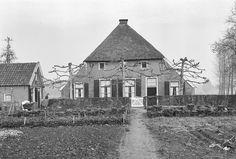 Putten, Putterbrink 1, het Coolengoed. in oorsprong 17e eeuse boerderij. Links bakhuis