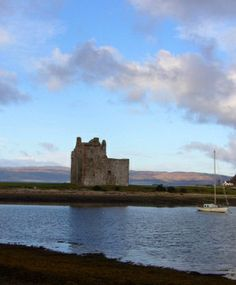 From the outside Lochranza Castle looks like a typical late-medieval tower house - but on closer inspection, we find out that tower house has been contrived out of a much earlier, more modestly sized medieval structure known as a hall house. Two for the price of one! #history #Scotland