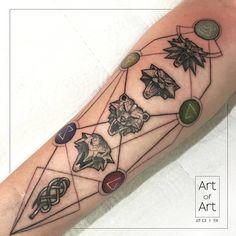 Tattoos de The Witcher - - Gamer Tattoos, Anime Tattoos, Badass Tattoos, Symbol Tattoos, Body Art Tattoos, Tatoos, The Witcher 3, Witcher Tattoo, Le Tattoo